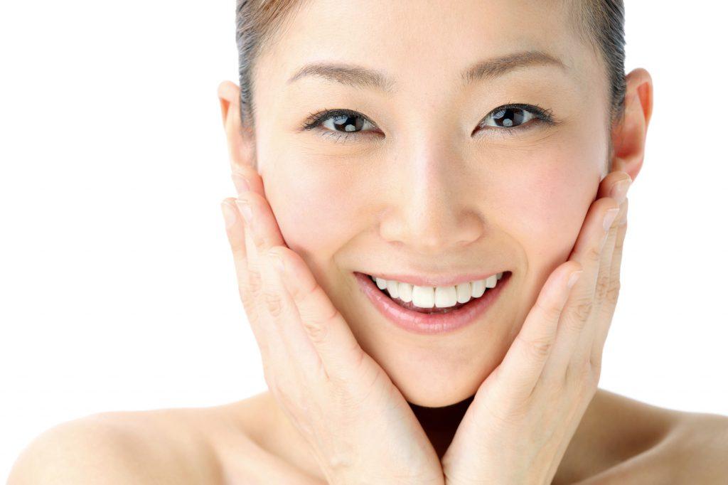 モデルの女性のきれいな歯