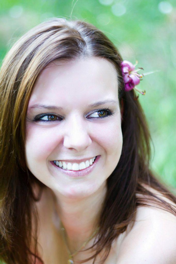 若い女性の歯が美しい笑顔