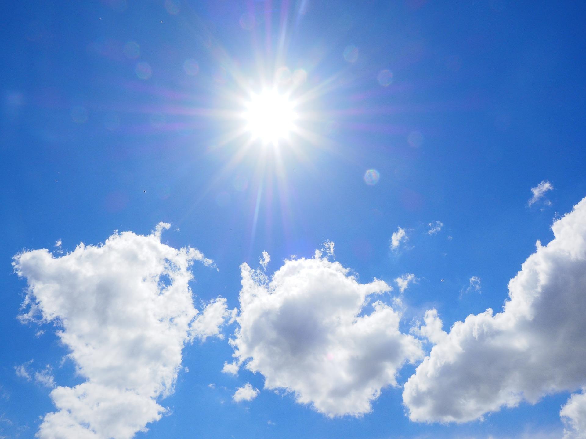 太陽が輝く空