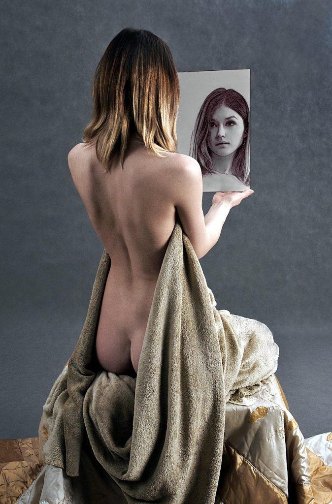後姿の女性 鏡を見る